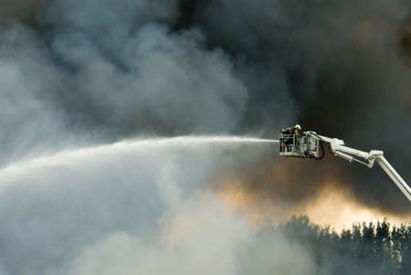 ein riesiges Feuer mit Feuerwehrleute in Aktion
