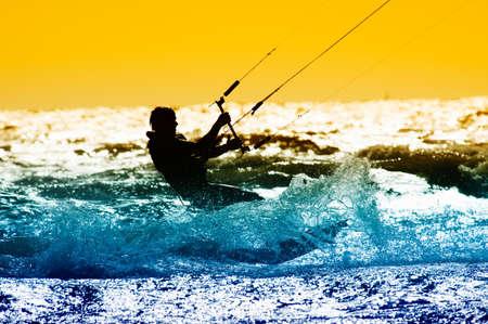 kite surfing: vlieger boarder actie met zons ondergang