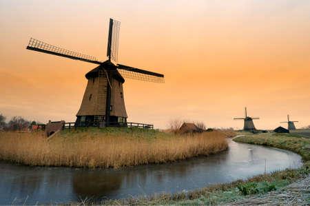 Windmühle Winter schöne Landschaft in den Niederlanden Standard-Bild - 4091484