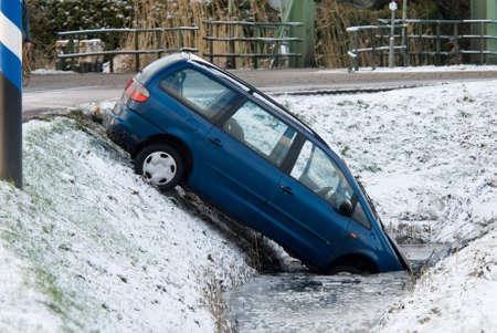 Unfall mit einem Auto im Winter Standard-Bild - 4102911