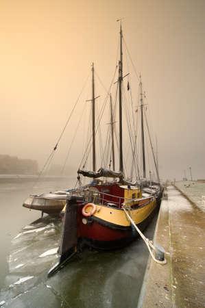 Niederländischen Segelboot an einem kalten Tag im Winter (Friesland, Niederlande) Lizenzfreie Bilder