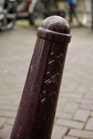 típica de acero de color rojo-marrón bollard llama Amsterdammertje en Amsterdam Países Bajos