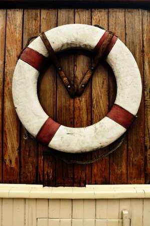 salvavidas: Ni�o de rescate de antig�edades en un barco antiguo Foto de archivo