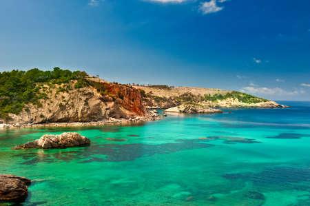 Cala Xarraca, una pequeña y hermosa bahía en Ibiza España  Foto de archivo