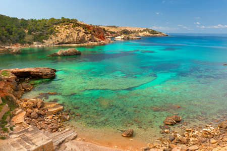 Cala Xarraca, einer wunderschönen kleinen Bucht in Ibiza, Spanien Standard-Bild