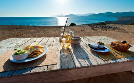 a la espera de la puesta de sol con sangría y alimentos en España de Ibiza