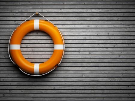 überleben: Rettungsring zu einer Holzwand befestigt