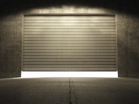 serrande: Riflettori illuminano edificio di cemento grungy con rimboccarsi porta Archivio Fotografico