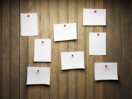 notas adhesivas: En blanco notas adhesivas en una pared de madera