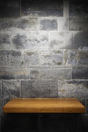 shelves: Plataforma iluminada vac�o en la pared de ladrillo Foto de archivo