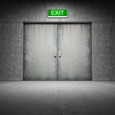 salir puerta: Edificio industrial de hormig�n sucio con puerta de salida