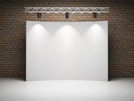 comercio: Exposici�n comercial en blanco de pie con pantalla y puntos de luz en la pared de ladrillo