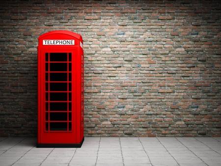 telefono antico: Classica cabina telefonica rossa al muro di mattoni Archivio Fotografico