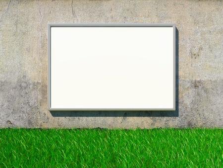 Blank reclamebord op grunge muur met gras Stockfoto
