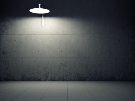 iluminado: Muro de cemento sucio iluminado por la lámpara Foto de archivo