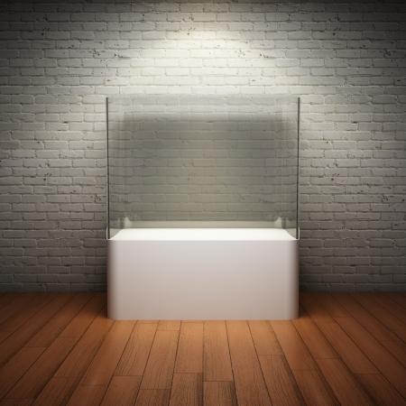 vaso vacio: Vitrina de cristal vac�o para el objeto expuesto en la sala interior con pared de ladrillo y centro de atenci�n Foto de archivo