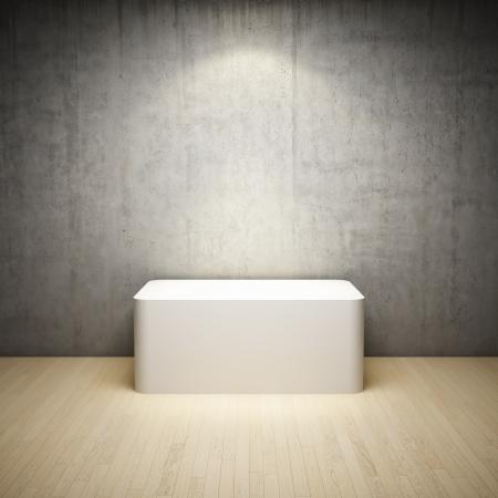 Vuoto bianco stand in sala interna con muro di cemento e riflettori