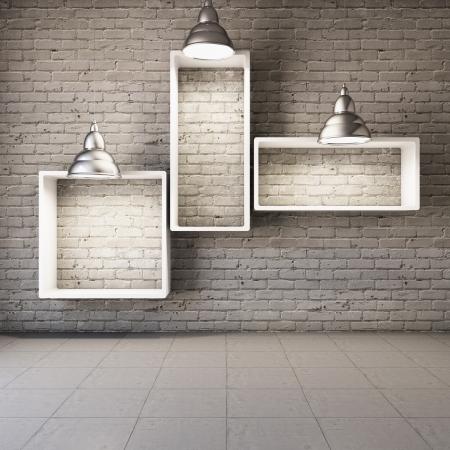 빈 선반 및 램프와 벽돌 벽