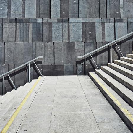계단 기하학적 현대 벽까지 이어지는. 사각형 배경