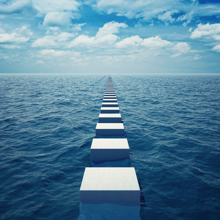 Abstracte manier in zee die in afstand voorbij de horizon