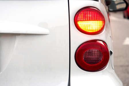 silhouette voiture: Voiture. Clignotant clignotant indiquant la bonne direction. Banque d'images