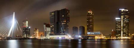panoramafoto of erasmusbrug in Rotterdam, Nederland Stockfoto