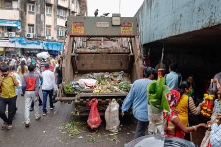A garbage collection vehicle collecting trash from the Dadar flower market in Mumbai city 新聞圖片