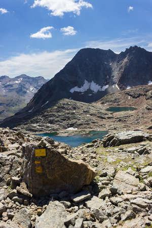 Randonnée dans la vallée d'Aoste, Grauson walloon, Cogne, Italie. Vue du troisième lac de Lussert de Laures col (3000 m.). Orientation verticale. Banque d'images - 64625276