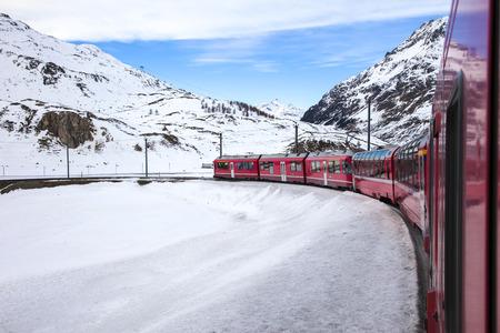treno espresso: Treno Bernina Express, uno dei pi� alti ferroviaria del mondo, attraversa montagne innevate tra Italia e Svizzera Editoriali