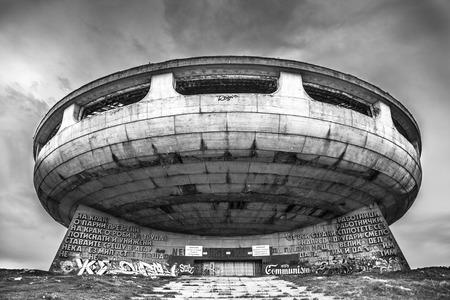 Buzludzha abandonó el monumento comunista, cerca de la ciudad de Shipka, Bulgaria Foto de archivo - 85872621