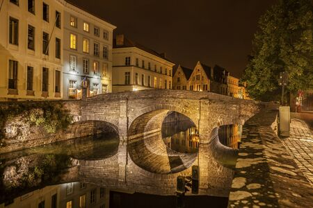 Romantic nocturnal view of a canal in Bruges. Night view of famous Bruges city view, Belgium, nightshot of Bruges canals, houses on canal Standard-Bild
