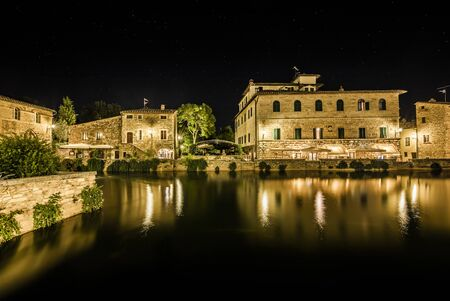 Ancient village Bagno Vignoni in Tuscany. Thermal little town in the center of Italy. Standard-Bild