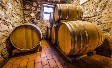Tonneaux de vin dans une cave typique