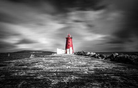 Le phare de Poolbeg à Dublin avec sa couleur rouge se démarque