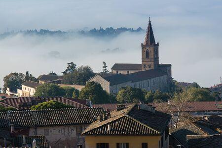 nebbia: Panorama della citt?? di Perugia con la nebbia Stock Photo