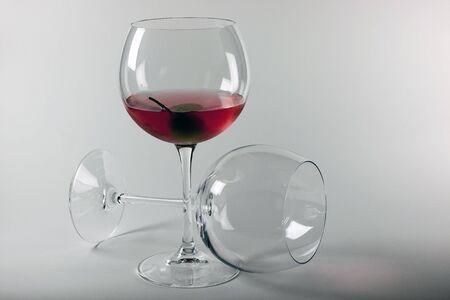 Dos glasies en aperitiv de �pice de cristal y oliva  Foto de archivo