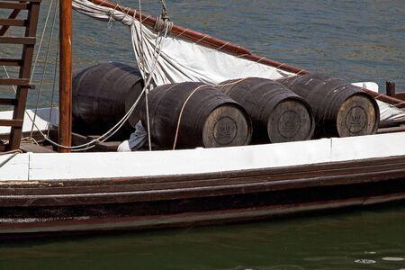 Bote para el transporte de barricas del puerto de vino  Foto de archivo