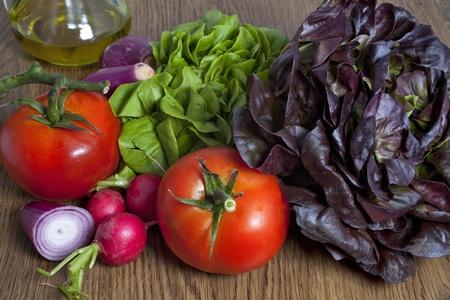 Composici�n de verduras de verano sobre la mesa Foto de archivo