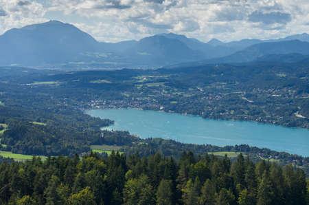Panoramisch uitzicht van de Wörthersee (Karinthië, Oostenrijk)