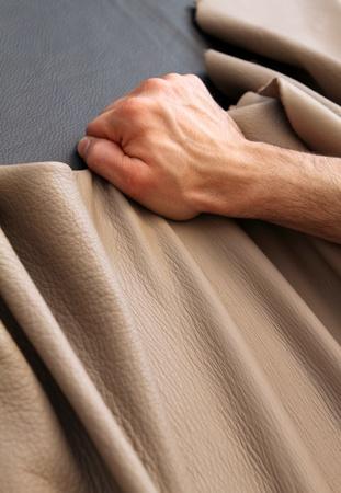 artesano: la mano de un artesano de cuero, mientras que la formación de