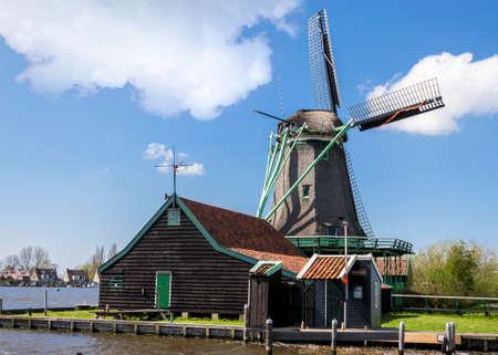 zaanse: Gezicht op een molen op de Zaanse Schans in de buurt van Amsterdam Stockfoto