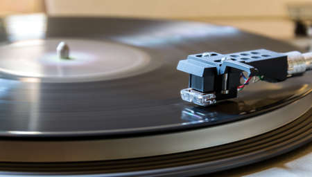 78 rpm: Modern record player with a vinyl