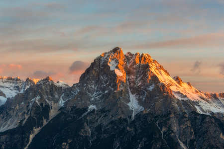 illuminati: Monte Antelao nella valle del Cadore illuminato dal sole