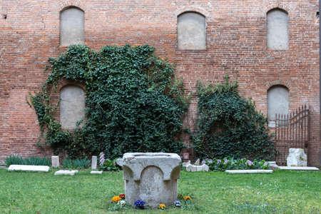 Jardin intérieur dans une célèbre maison ancienne dans la ville de Ferrare Banque d'images - 80416454