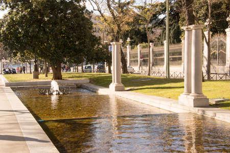 columnas romanas: Fuente de un parque con columnas romanas
