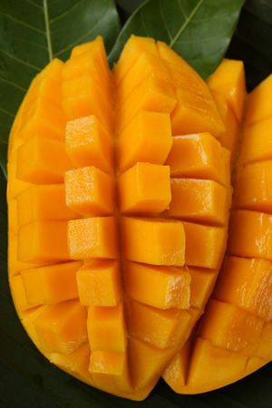 mango: Dojrzałe mango, kostka cięte na liściu bananowca.