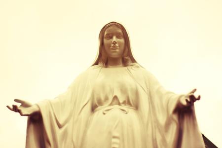 vierge marie: l'image vintage de sépia de la statue de la Vierge Marie.