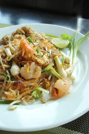 plato de comida: Pad Thai, platos nacionales de Tailandia, salteados fideos de arroz, fideos de estilo tailand�s.