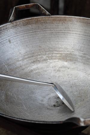 hot temper: gran recipiente vacío y pala o aleta utilizado en la fritura. Foto de archivo