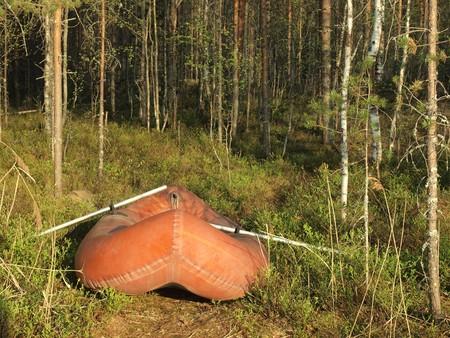 Schlauchboot in einem Holz